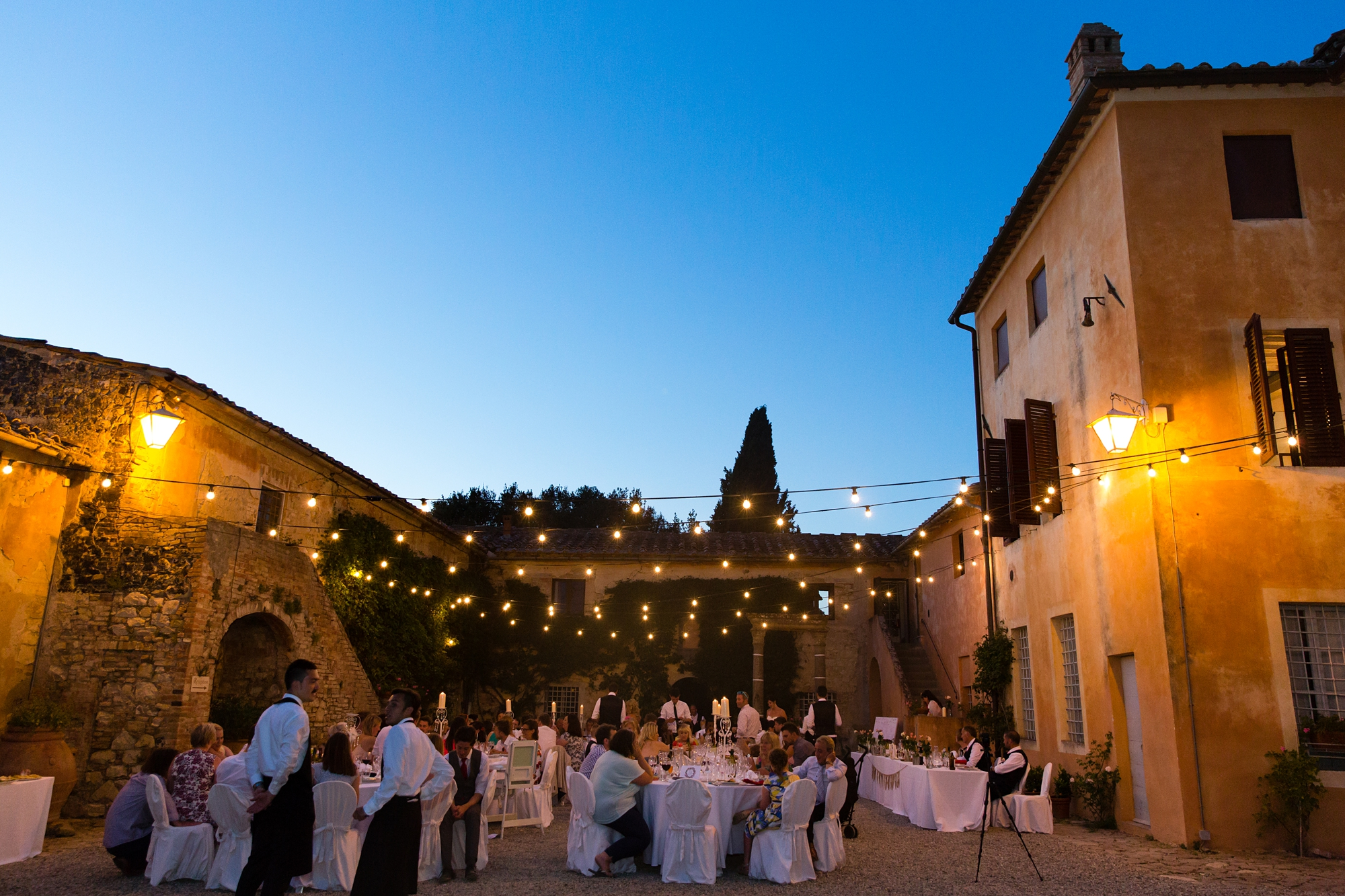Villa Catignano Siena Wedding Photography outdoor wedding meal